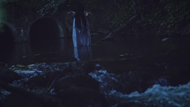 4K-Horror-mujer-gesticulando-en-Río