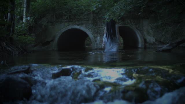 4K-Horror-mujer-caminar-solo-en-el-río-oscuro