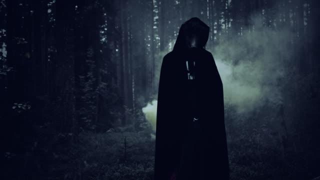 4K-Halloween-Horror-Mann-mit-Schwein-Maske-und-Rauch