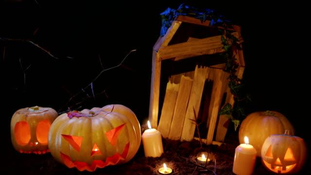 Halloween-Friedhof-Kerzen-und-Jack-o-Laterne