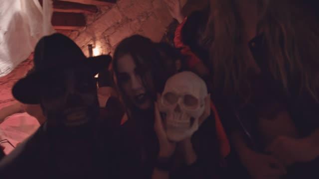 Jóvenes-amigos-multiétnicas-miedo-disfraces-de-fiesta-en-la-discoteca