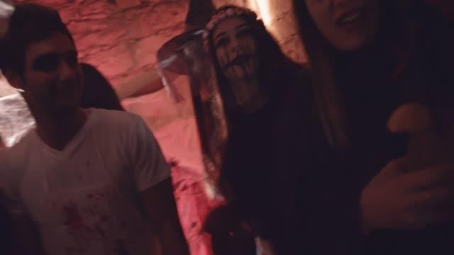Jóvenes-amigos-vista-a-divertirse-en-la-fiesta-de-disfraces-de-Halloween