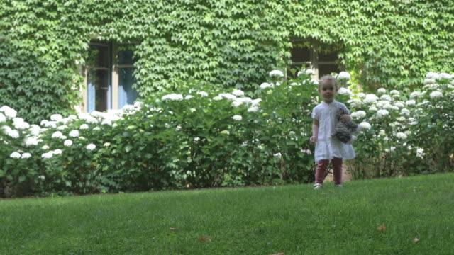 Niño-en-patio-exuberante