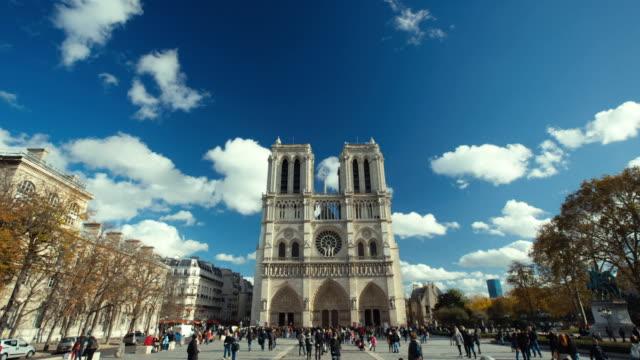París-Francia---11-de-noviembre-de-2014:-Vídeos-de-Notre-Dame-en-París-Creación-de-dos-tomas-en-un-día-soleado