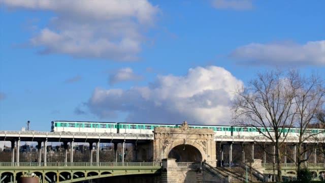 Tren-del-Metro-(recorrido-de-la-torre-Eiffel-París-Francia