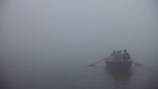 Barco-desaparecer-en-la-niebla-en-el-Ganges:-Varanasí-India
