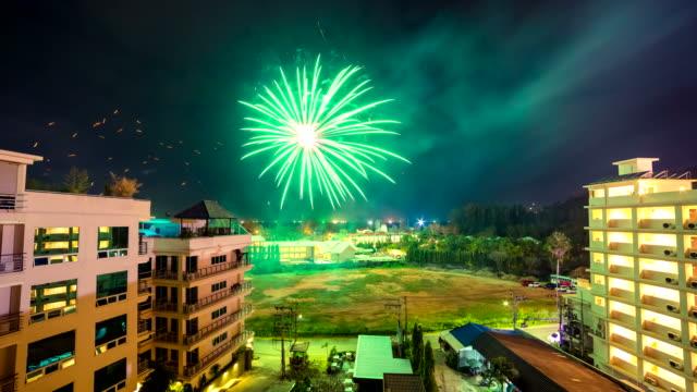 4-K-Lapso-de-tiempo-2016-año-nuevo-fuegos-artificiales-sobre-la-ciudad-de-Phuket-Tailandia-Enero-de-2016-