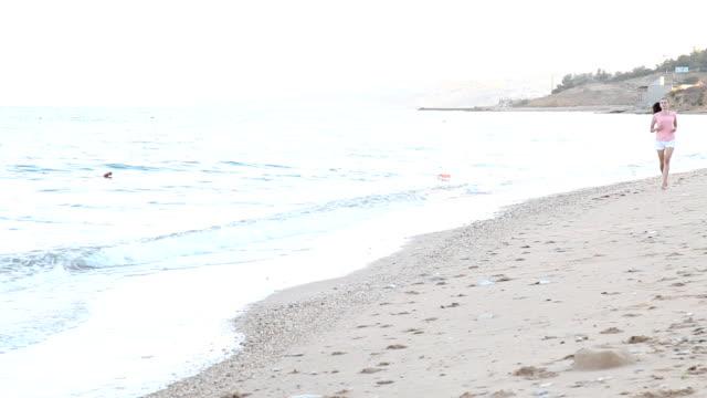 girl-in-the-morning-runs-along-the-beach-near-the-sea