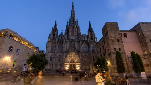 Timelapse-video-of-Barcelona-Cathedral-at-night