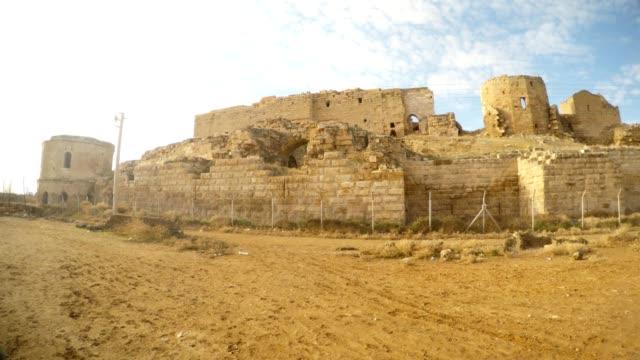 einer-großen-mittelalterlichen-muslimischen-Festung-an-der-Grenze-zwischen-Syrien-und-der-Türkei