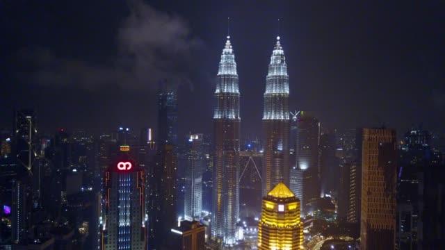 Vista-aérea-de-Kuala-Lumpur-de-subir-durante-la-noche-junto-a-la-torre-KLCC-