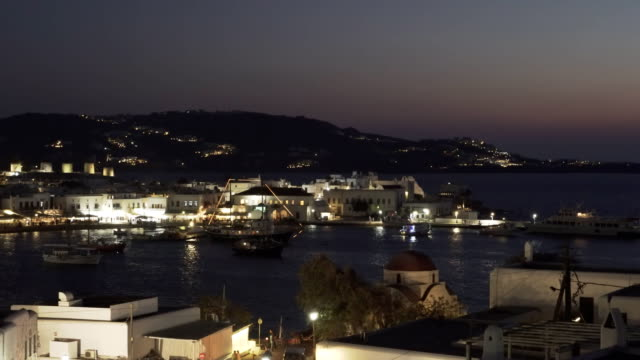 night-pan-of-chora-on-the-island-of-mykonos-greece