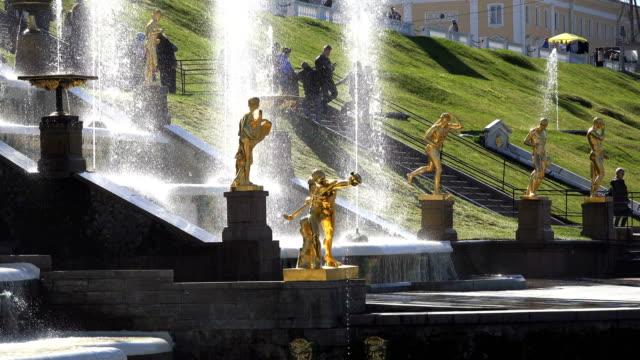 großer-Brunnen-mit-goldenen-Statuen