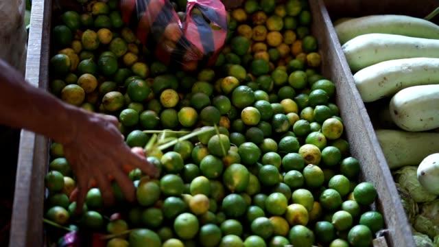 Venta-de-limones-frescos-en-el-mercado-tradicional
