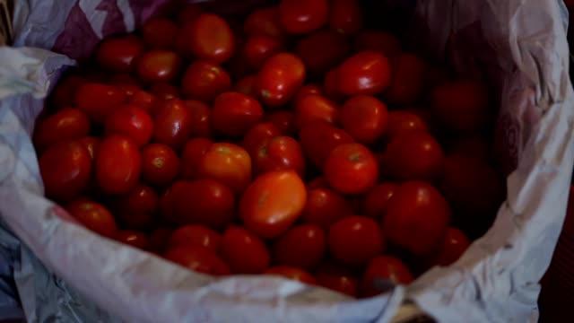 una-cesta-de-tomates-rojos