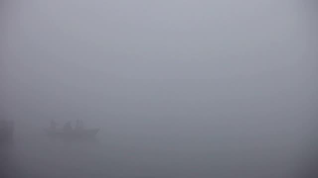 Barco-en-la-niebla-en-el-Ganges:-Varanasí-India