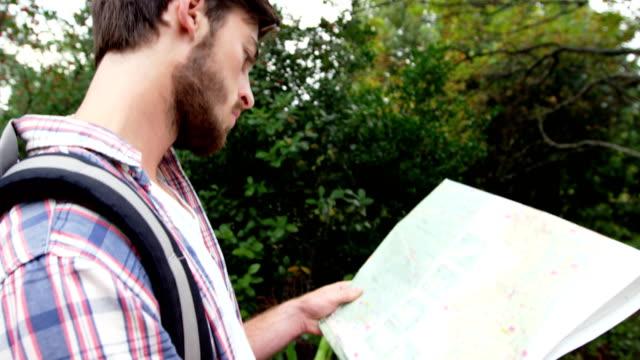 Cerca-de-excursionista-mirar-un-mapa
