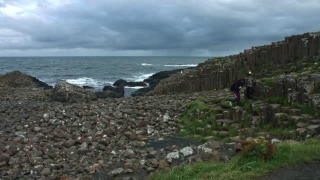 4-k-Schuss-von-Touristen-auf-Giant-es-Causeway-Nordirland