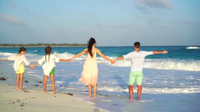Familia-de-vacaciones-tiene-un-montón-de-diversión