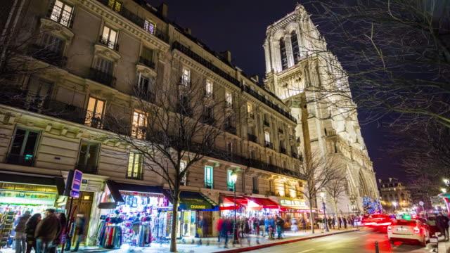 noche-de-Francia-París-d-tráfico-panorama-de-Catedral-de-notre-dame-calle-4k-lapso-de-tiempo