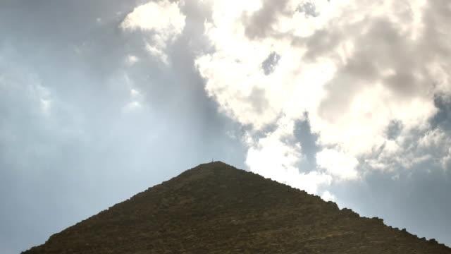 Nahaufnahme-von-Wolken-und-die-große-Pyramide-von-Khufu-in-Gizeh-bei-Kairo-Ägypten