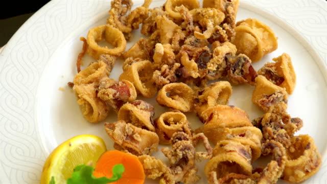 Mariscos-a-la-plancha-y-fritos-en-un-plato-mediterráneo-tradicional-adornado-con-frutas---Grecia-Croacia-Italia-montenegro-calamar-y-verduras-de-verano-
