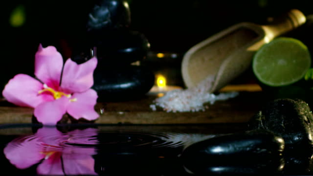 Schönes-Wasser-und-Kerzen-Spa--und-Wellnesscenter-Zusammensetzung-schießen-in-extrem-langsamen-motion-concept-der-Entspannung-und-des-meditation-water