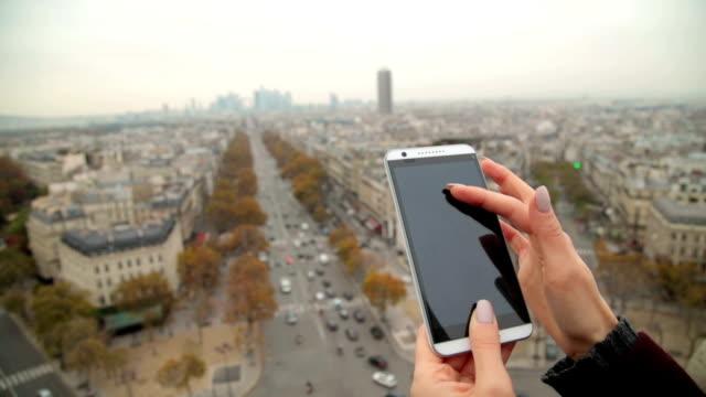 Handy-verwenden-mit-Eiffelturm-Paris-im-Hintergrund-