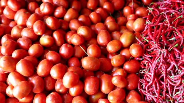 Grupo-de-tomates-rojos-en-la-bandeja-del-pueblo-mercado-agrícola-granja