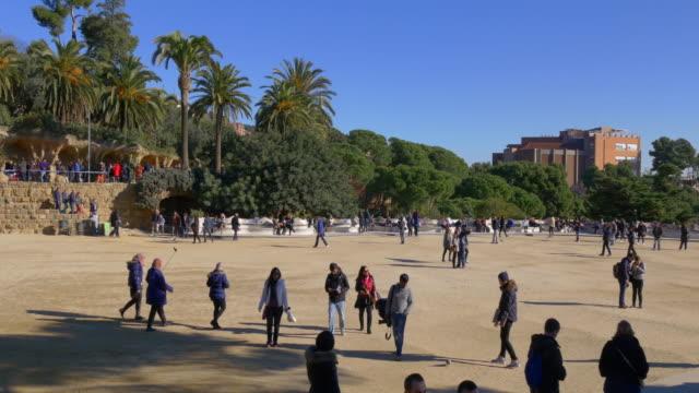 Parque-güell-en-barcelona-día-soleado-famoso-balcón-4-k-España