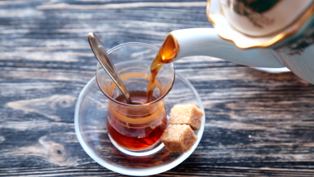 Pouring-cup-of-tea-slow-motion