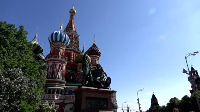 Monumento-a-Minin-y-Pozharsky-contra-la-Catedral-de-San-Basilio-orbital-tiro