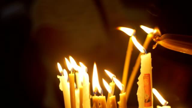 Cerca-de-las-manos-de-oraciones-encender-velas-en-la-iglesia-del-Santo-Sepulcro-en-Jerusalén