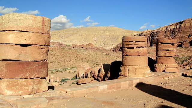 Antiguas-columnas-del-gran-templo-o-templo-de-leones-alados-en-Petra-Jordania