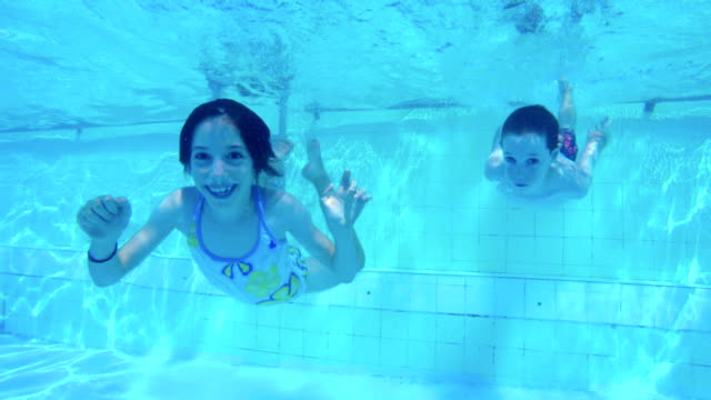 Imágenes-submarinas-de-niños-saltando-y-buceo-en-la-piscina