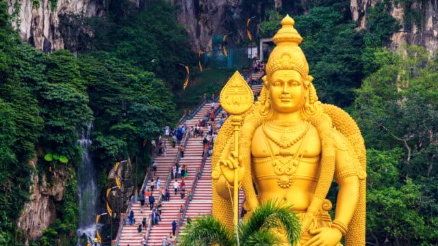 Templo-de-las-cuevas-de-Batu-y-grande-Murugan-estatua-emblemático-lugar-del-recorrido-de-Kuala-Lumpur-Malasia-4K-Time-Lapse-(zoom-out)