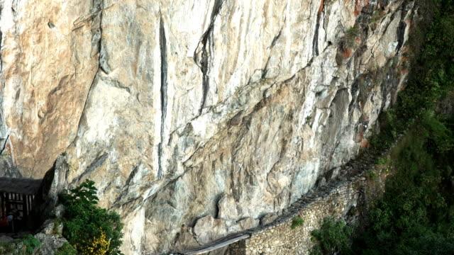 Incline-hacia-abajo-el-tiro-del-puente-incaico-en-machu-picchu
