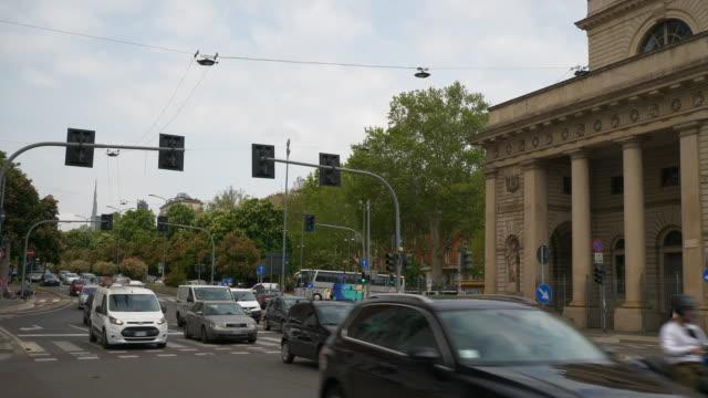 Italia-día-tiempo-Milán-ciudad-porta-venezia-tráfico-calle-Plaza-panorama-4k