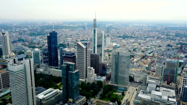 vista-aérea-del-área-de-negocios-en-la-ciudad-con-rascacielos-de-Frankfurt