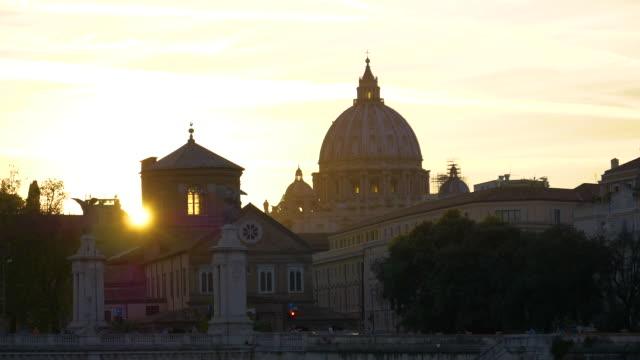 Impresionante-sol-de-tarde-de-oro-rayos-brillo-en-la-histórica-Basílica-de-San-Pedro-