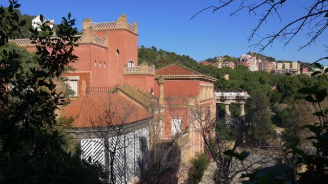 Gaudí-parque-güell-en-barcelona-edificio-4-k-España