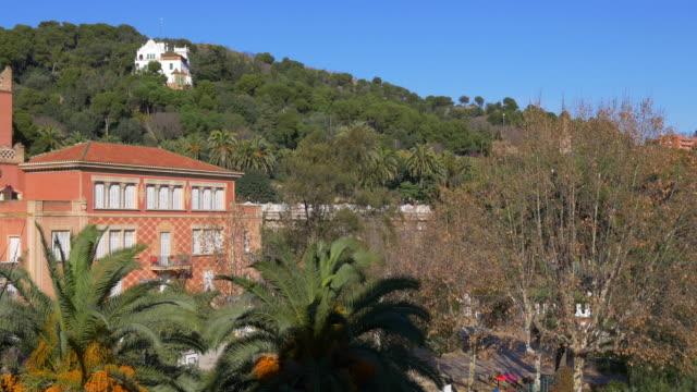 Parque-güell-en-barcelona-buen-día-edificio-4-k-España