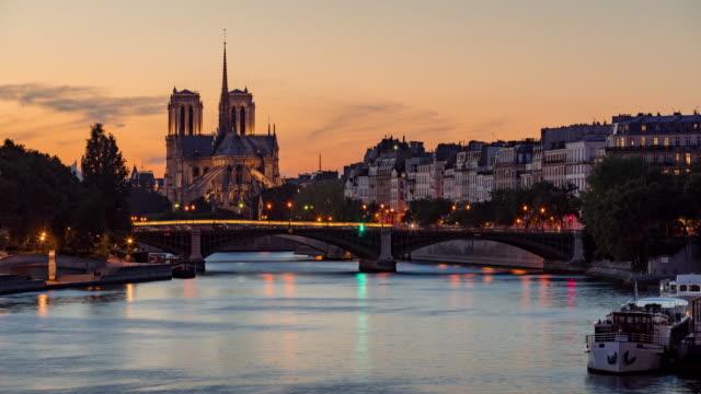 Catedral-de-Notre-Dame-de-París-y-el-río-Sena-en-el-crepúsculo-en-verano-Time-lapse-Francia