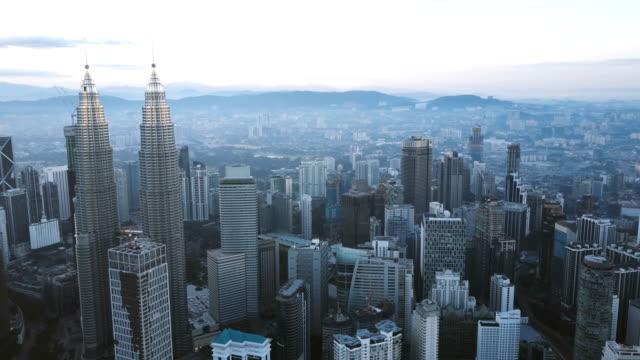 Imágenes-de-Aerial-drone-en-el-horizonte-de-la-ciudad-de-Kuala-Lumpur