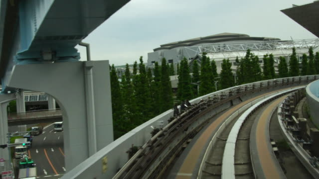 Train-going-thru-modern-business-center-in-Tokyo-Japan