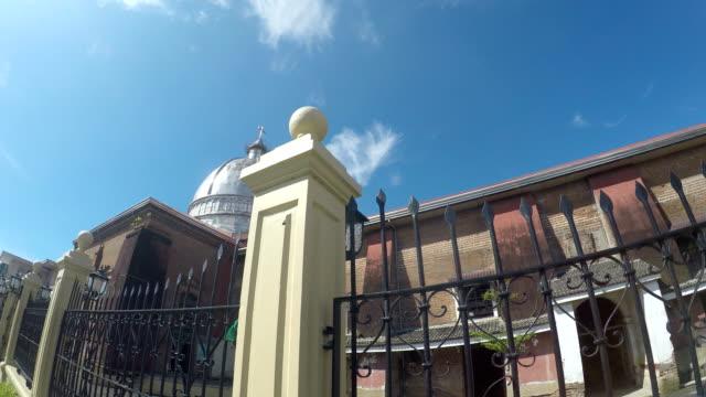 Siglo-XVI-colonial-español-de-San-Pablo-el-primer-ermitaño-catedral-también-conocida-como-Catedral-de-San-Pablo-mostrando-su-hierro-circundante-cerca-en-las-paredes-de-ladrillo-de-este-lado-nave-tiro-de-seguimiento