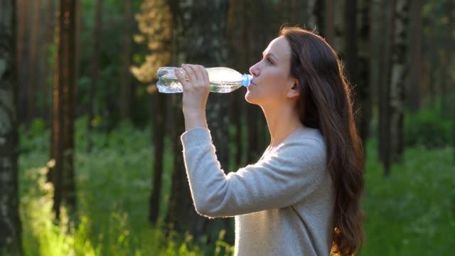 Agua-de-bebida-de-mujer-sedienta-de-botella