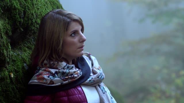 Joven-solitaria-pensativa-en-el-bosque-de-miedo