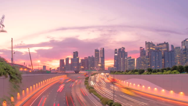 clip-de-timelapse-de-tráfico-de-la-ciudad-de-Singapur-a-lo-largo-de-la-carretera-al-atardecer