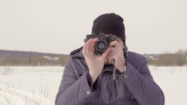 Fotograf-schießt-auf-eine-Vintage-Kamera
